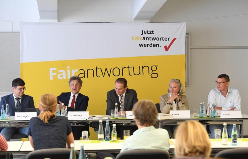 ARTIS-Uli Deck// 27.06.2018 Uebergabe des FairBook beim BGV in Karlsruhe www.artis-foto.de  -ARTIS-ULI DECK Werrabronner Strasse 19  76229 KARLSRUHE  TEL:  0049 (0) 721-84 38 77  FAX:  0049 (0) 721 84 38 93   Mobil: 0049 (0) 172 7292636 E-Mail:  deck@artis-foto.de